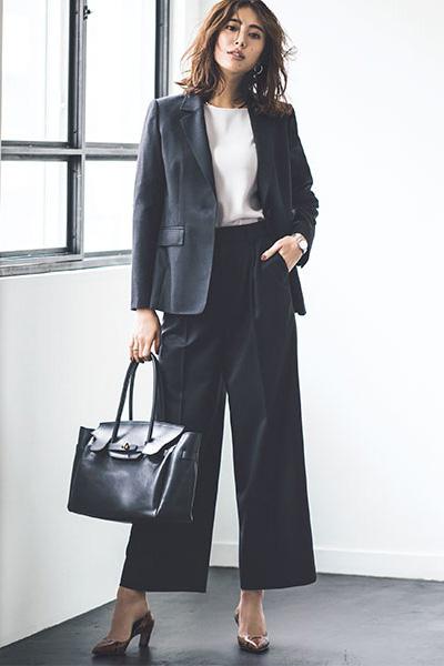 黒スーツ×白ノーカラーシャツ