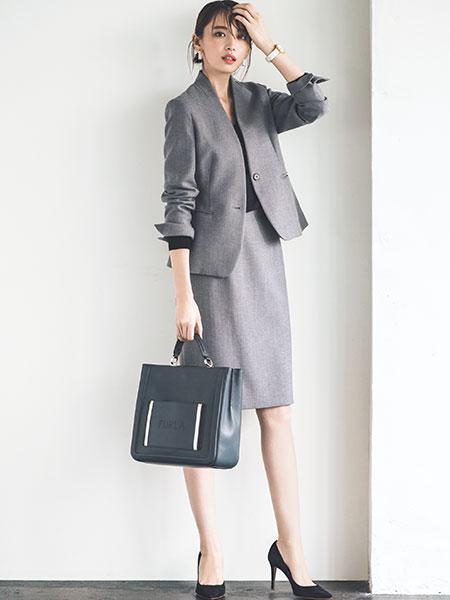 トップグレーカラーのスカートスーツ×黒パンプス