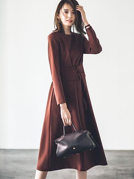 赤みブラウンエレガントワンピース×黒バッグ