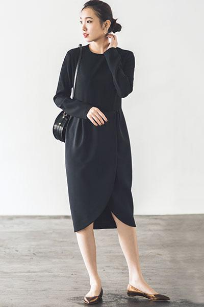 黒ドレス系ワンピース×ブロンズカラーパンプス