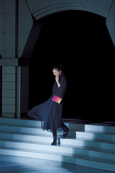 黒タートルニット×黒プリーツスカート