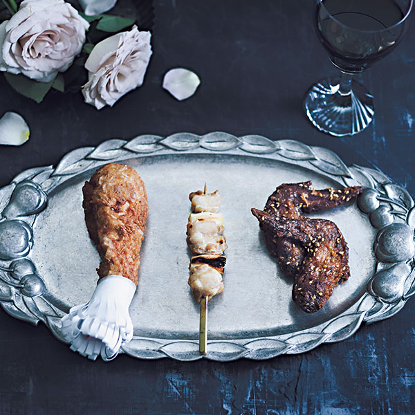 骨や串がついた鶏肉