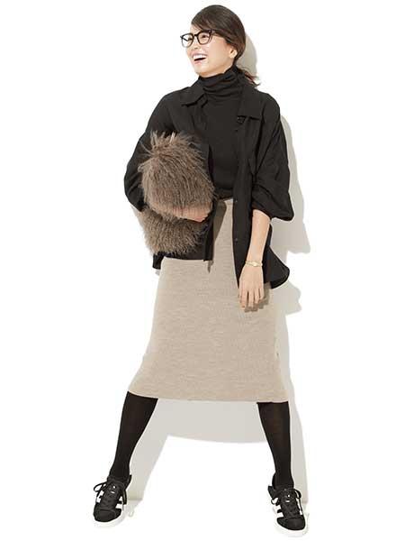 黒スニーカー×ベージュスカート