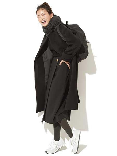 黒ロングスカート×白スニーカー