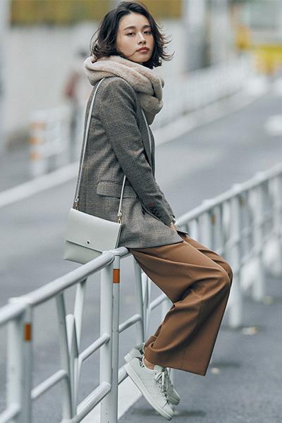ブラウントーンのスーツ×白スニーカーの大人シックな着こなし