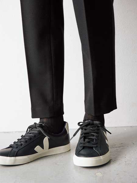 【1】黒リブ靴下×黒スニーカー×黒パンツ