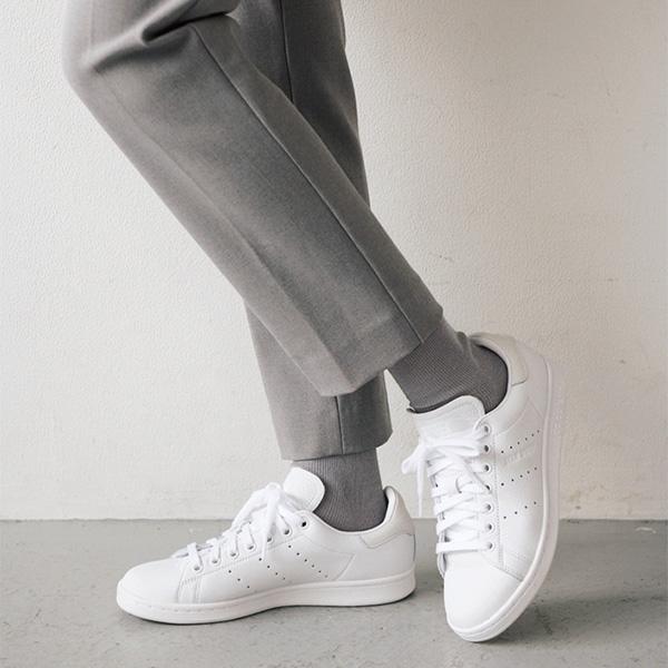 スニーカー×グレーパンツ パンツとソックスを同じ色はNG