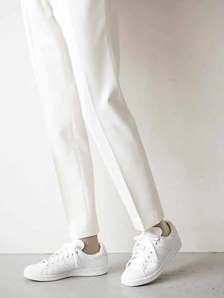 スニーカー×白パンツ