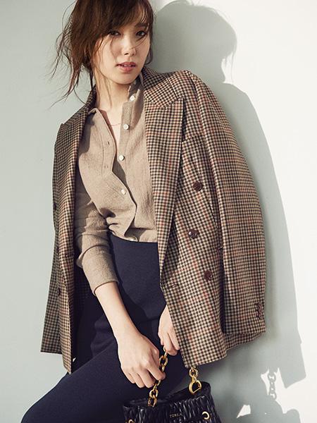 【3】チェック柄ジャケット×ベージュシャツ×ネイビータイトスカート