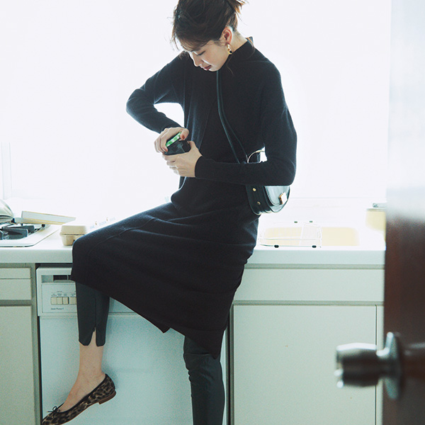 【1】黒ニットワンピース×レザーパンツ