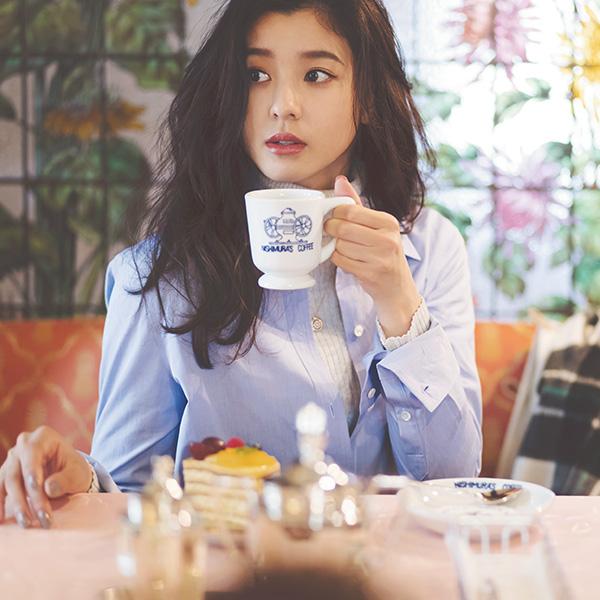 コーヒーを飲む朝比奈彩さん
