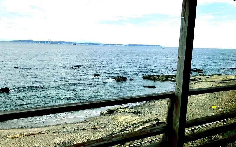 窓際の海が見える席