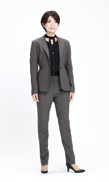 茶色がかったグレーのパンツスーツ×黒ボウタイブラウス