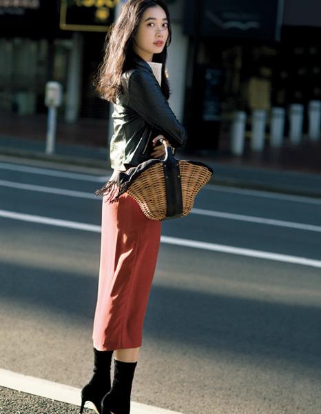 黒ライダースジャケット×白ニット×赤タイトスカート