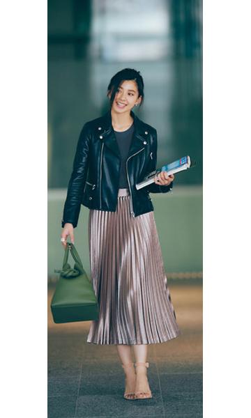 黒ライダースジャケット×グレートップス×ベージュプリーツスカート