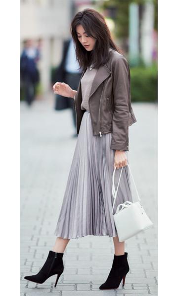 ブラウンライダースジャケット×ベージュニット×ベージュプリーツスカート
