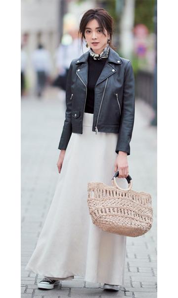 黒ライダースジャケット×黒ニット×白マキシスカート