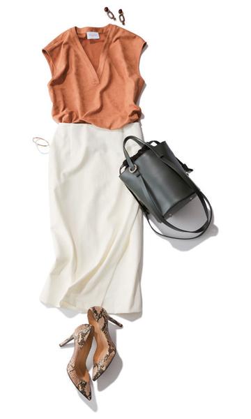 UNITED ARROWSのキャメルブラウス×白タイトスカート<