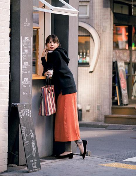 オレンジスカート×黒フーディー