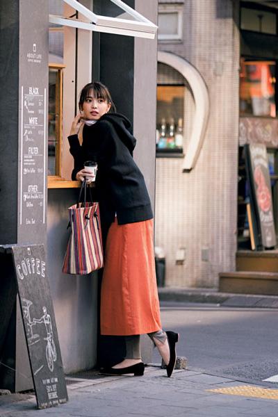 【3】オレンジ+黒フーディーの華奢見せスタイル