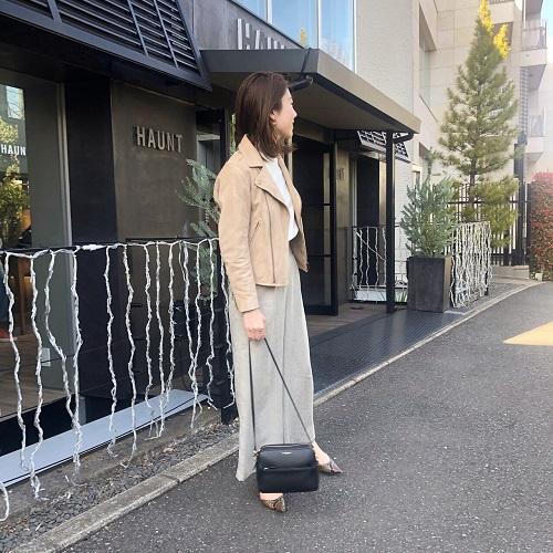 【1】ベージュライダースジャケット×グレーワイドパンツ