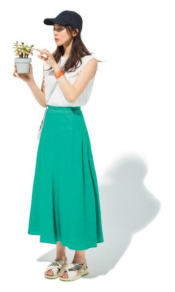 黒キャップ×白トップス×グリーンフレアスカート