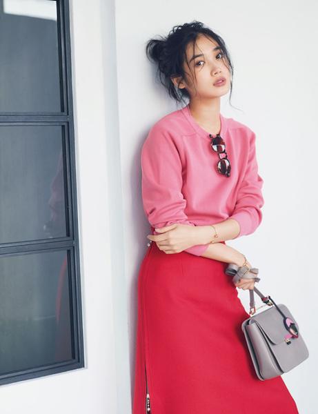 ピンクニット×トマトレッドスカート