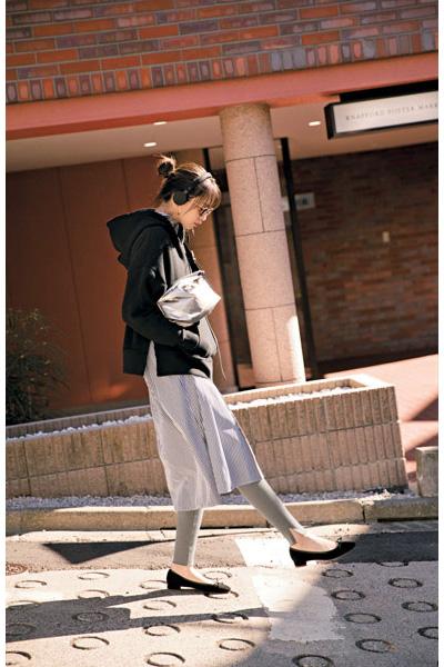黒パーカー×シャツワンピース