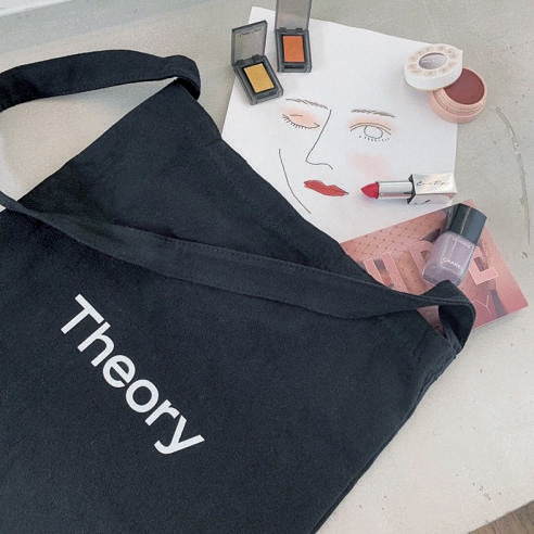 セオリーのトートバッグの使い方 ヘア&メイクアップアーティスト林 由香里さんの場合