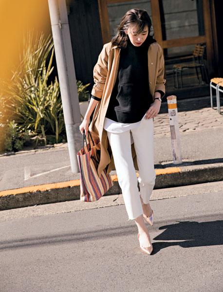 【2】白パンツ×黒パーカー×ベージュステンカラーコート