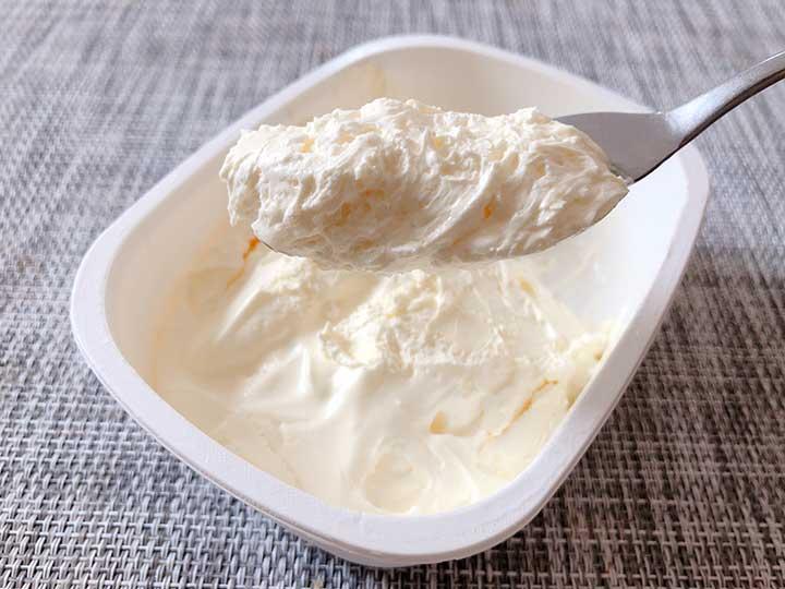 私のふわふわホイップバター バターをヘラですくう