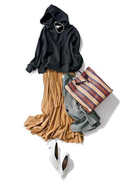 黒フーディー×ベージュプリーツスカート