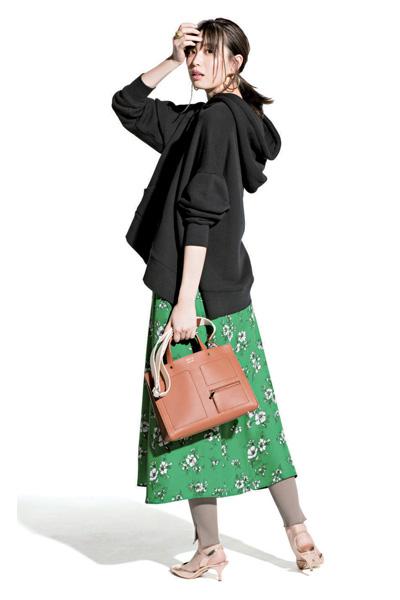 【1】黒パーカ×グリーン花柄スカート