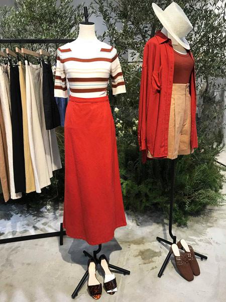 ローリーズファームの赤ロングスカート×Tシャツ
