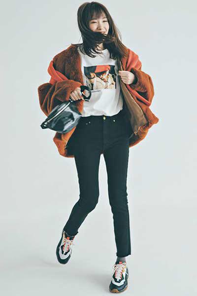 【1】マルチカラースニーカー×白Tシャツ×黒パンツ×ブラウンコート