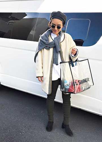 ジルサンダーのバッグ×黒パンツ×白コート