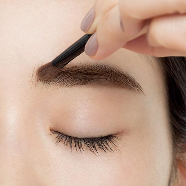 【STEP 5】眉頭を明るめパウダーで描く