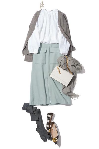 グレージュカーディガン×袖ギャザー白ブラウス×淡ブルースカート