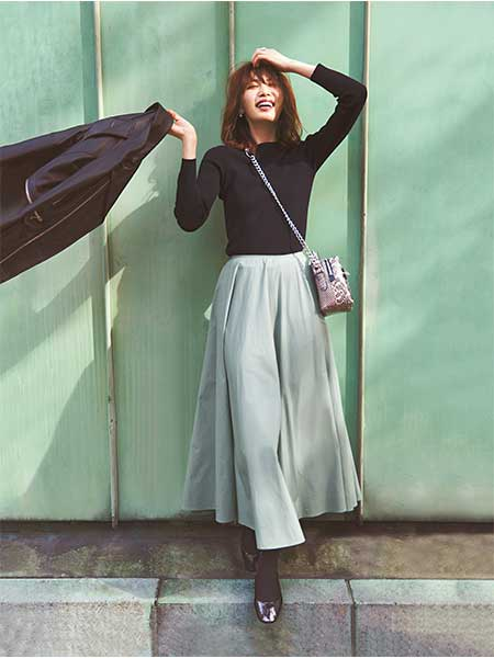 黒ニット×ダスティグリーンのフレアスカート