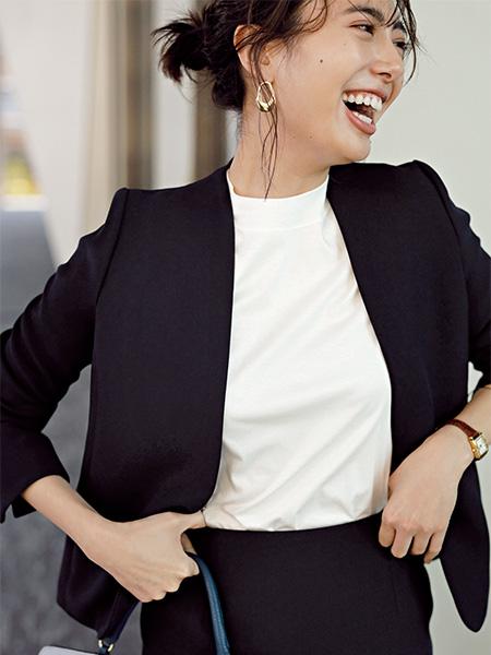 黒スーツ×白モックネックTシャツ
