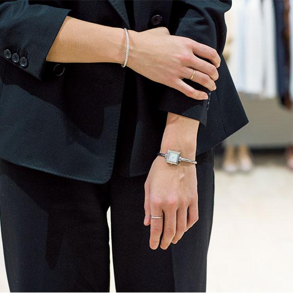 黒スーツにはモードに見せるために、シルバーアクセを効かせて