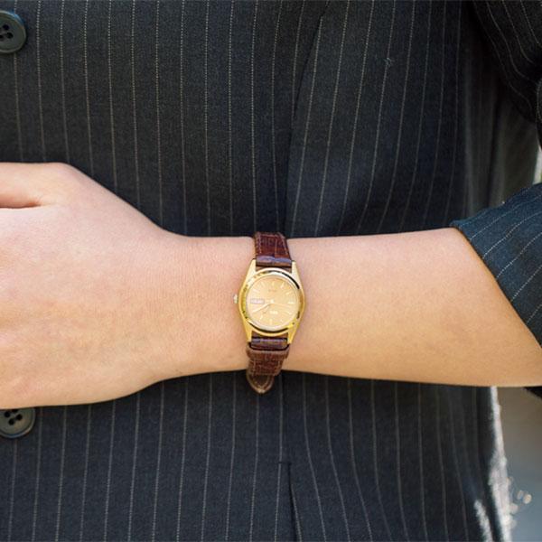 時計とバッグはボルドーで合わせて女らしく