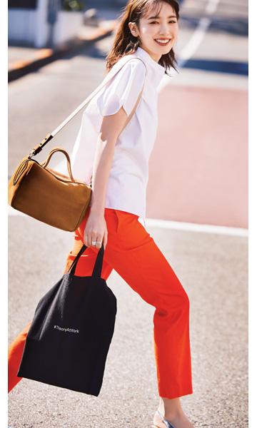 セオリーのトートバッグの使い方 オレンジのパンツとサブバッグを外回りの相棒に