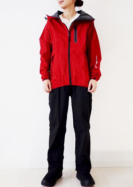 赤レインスーツ×黒パンツ