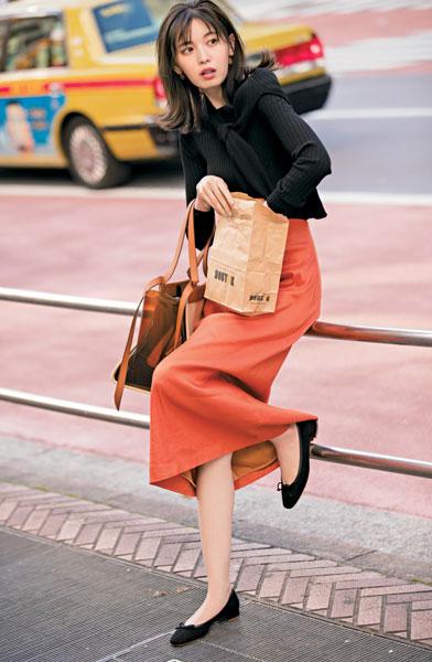 黒ニットアンサンブル×オレンジ色スカート
