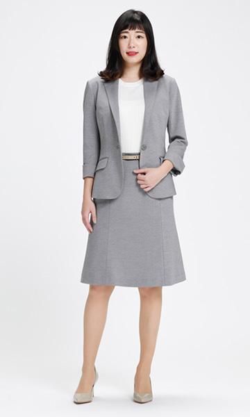 光沢感のあるグレーのスカートスーツ×ベージュベルト