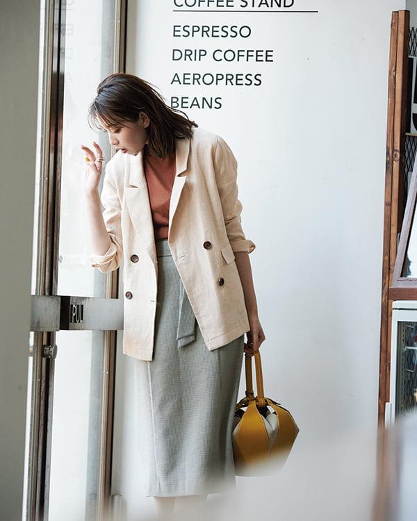 【1】グレータイトスカート×赤茶カットソー×ベージュジャケット