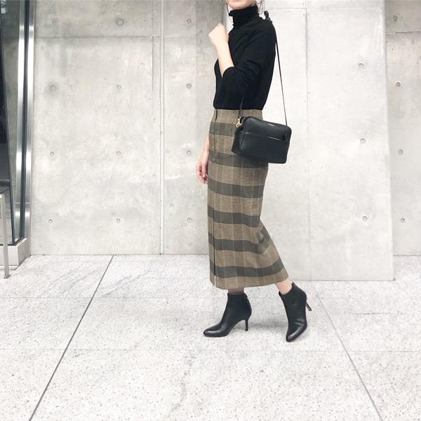 黒タートルネック×ブラウンペンシルスカート