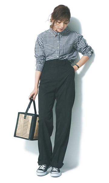 黒ギンガムチェックシャツ×黒パンツ