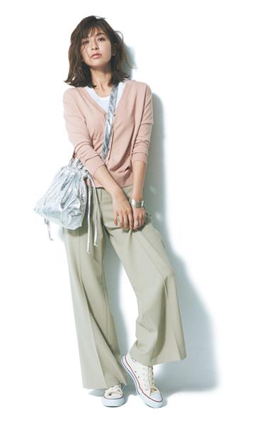 ベージュワイドパンツ×白Tシャツ×ピンクカーディガン